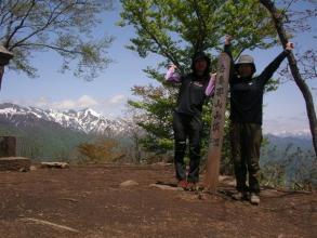 山頂からの谷川連峰の眺めを楽しみながらランチタイム。山で食べるランチは最高!(縦走トレッキング)