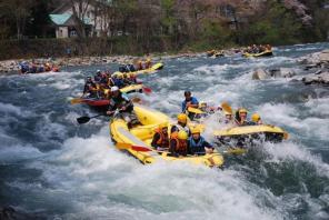 《キャニオニング》と《ラフティング》が1日で楽しめる大人気コース!水上の大自然を満喫するならこのコース!!