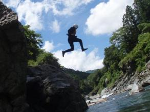 もちろんお約束のジャンプ台も!青く透き通った宮川に大ジャンプ!