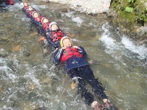 1日コースでは、保津川に流れ込む清流「清滝川」で水遊び。天然スライダーは爽快感満点!