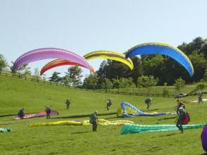 風の聖域大佐山にある、日本でもトップクラスのパラグライダースクールがあなたを大空の世界へ!