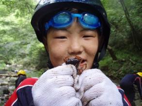清らかな渓流ではこんな生き物を見つけることも。「サワガニとったど〜!」