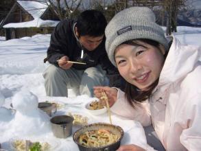 雪で作ったテーブルで食べるあったかランチは格別のおいしさです!