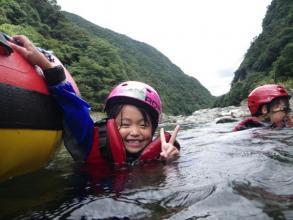 【小学生参加OK!】の《川遊び満喫!ファミリーラフティング》もございます。