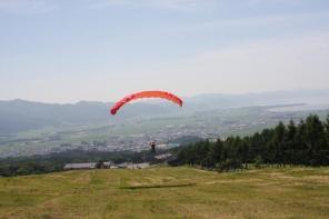 1日コースでは、自らパラグライダーを操作し、高さ20m距離100〜200mほどのロングフライトが体験できます!