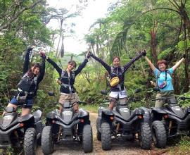 シダ植物が生い茂る亜熱帯ジャングルエリアで記念撮影!