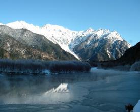 厳冬期の大正池は、結氷も見られ幻想的!雪をまとい存在感を増した焼岳、穂高の峰々は圧巻です。