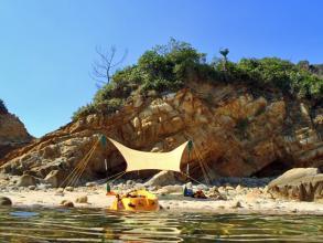 ●無人島でランチタイム!(※1日コースのみ)定番メニューはオリジナルのトルティーヤ。
