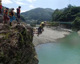 天然岩からのジャンプポイントなど川遊びポイントが満載!