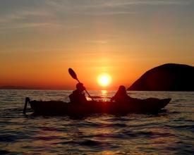 「日本の夕陽100選」にも選ばれている仁尾の夕陽をカヤックの上から眺める