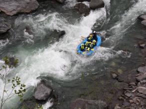 水量の落ち着く夏季は、爽快感のあるラフティングが楽しめる鵡川・沙流川。