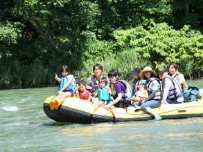 """1歳から参加OK! ご家族でのんびり川下り♪1グループ貸し切りで完全プライベートな""""水の旅""""はいかがですか?"""