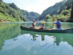 初心者でも周遊できる広さの静かな湖は、カヌー&カヤックに揺られてゆったりとした時間を過ごすのにぴったり。
