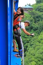 ジャンプ台の横にはプロのカメラマンがスタンバイ! ジャンプの瞬間をばっちり撮影します。