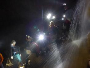 洞窟内に流れ込む水は水たまりや滝となってあらわれます。装備はウェットスーツなので快適!