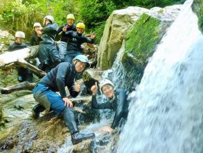 【八淵の滝コース】「日本の滝100選」にも選ばれている名瀑を全身を使って次々に上り、シャワークライミングを楽しみます。小5からご参加OK!