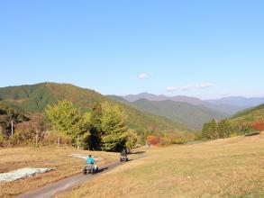 スキー場のゲレンデを利用した広いコースをバギーで爽快に走ります!