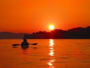 夕陽に赤く染まる牛窓の海を堪能する「サンセットトレイル」