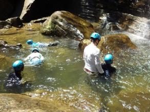 滝つぼで水遊びも楽しめますよ!