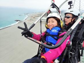 モーターパラグライダーで天竜川や遠州灘の海岸線を望むフライトを満喫!